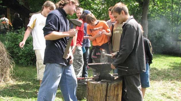 Velký zájem byl mezi školáky o práci mladých kovářů.