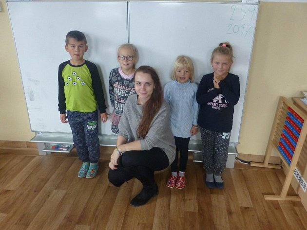 Na snímku jsou žáci první třídy ZŠ a MŠ Dlouhá Ves střídní učitelkou Lucií Veselou.