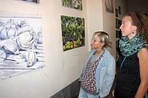 Výstava havířovské autorky Terezy Dolanské (vlevo)