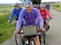 Známý bohumínský propagátor cyklistiky Rostislav Šafrata má při důchodu neobvyklé zaměstnání – coby kurýr rozváží na kole úřední poštu.
