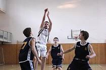 Mladí basketbalisté Sokola zatím sbírají v soutěži zkušenosti.
