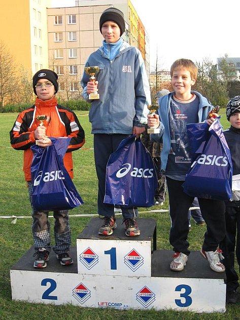 David Staněk na nejvyšším stupínku jako vítěz Ostravského běžeckého poháru mládeže.