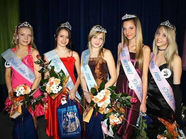 Třináct dívek soutěžilo v Orlové o titul Dívky roku. Vítězkou se stala dívka s číslem pět v červených šatech Nikola Kaszová.