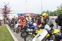 Motocyklisté se se svými stroji srotili na parkovišti u havířovského Teska.