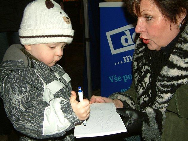 Děti dostaly od Deníku sladkou odměnu za namalovaný obrázek.