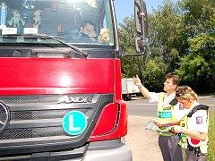 Dopravní policisté kontrolují řidiče kamionu
