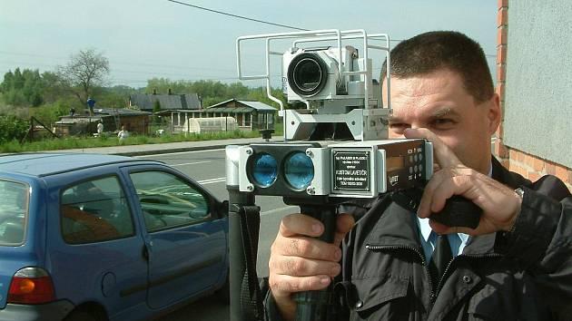 Strážník při měření rychlosti