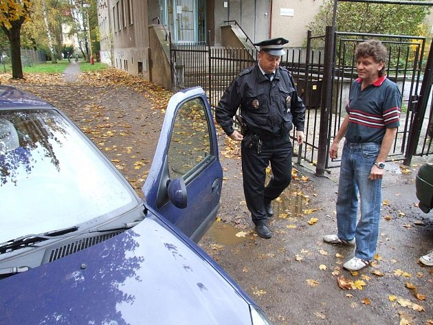 Opilý řidič přibral zaparkovaná auta