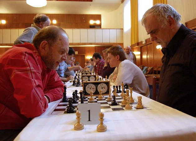 Sergej Vesselovský (vlevo) z Karviné zvítězil v prvním ročníku Novoroční ceny města Bílovce v šachu.