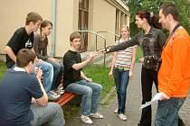 Žáci dostali pro focení opravdovou cigaretu, potáhnout si ovšem nesměli.