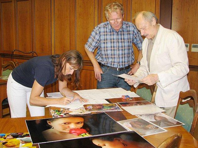 Tříčlenná porota vybrala nejlepší fotografie a určila také, které snímky budou součástí výstavy.