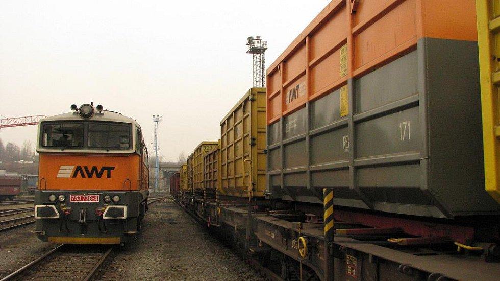 Dieselová lokomotiva řady 753 ve službách společnosti AWT a vagony se speciálním systémem pro kontejnerovou dopravu