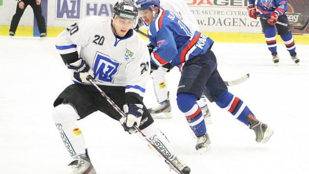Ostře sledované druholigové derby vyhrála v Havířově Karviná (modré dresy), která si tím upevnila vedoucí pozici.