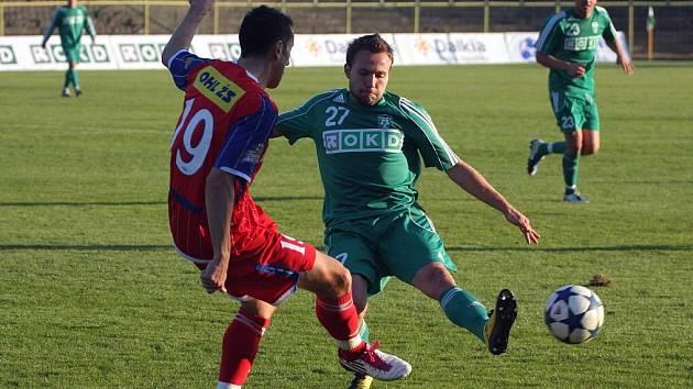 Vladan Milosavljev (v zeleném) bojuje s brněnským Tomášem Michálkem v pohárovém utkání Karviné s Brnem (2:0).