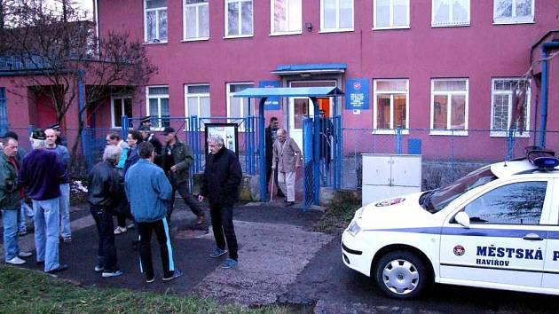 Z azylového domu museli být evakuováni všichni bezdomovci a jeden zaměstnanec.