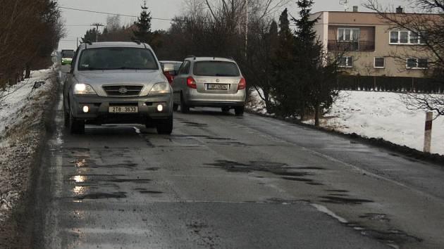 Část Bohumínské ulice v Rychvaldě připomíná tankodrom. Asfaltový povrch je tam v jednom úseku samá díra