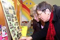 Návštěvnice sobotních oslav výročí stonavské polské školy si prohlížejí staré fotografie.