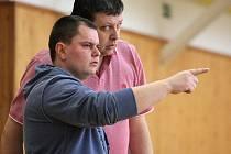 Petr Šupol (v popředí), hlavní kouč družstva, a jeho kolega Roman Hamrus se radí při zápase svých svěřenců.