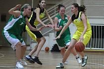 Basketbalistky Orlové (u míče Salavová) si přivezly cennou výhru z Jičína.