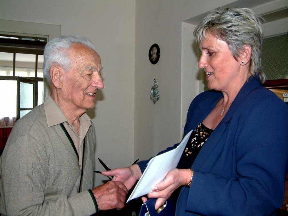 Stojednaletému Aloisi Konarskému přišla za vedení šenovské radnice blahopřát starostka Darja Kuchařová.
