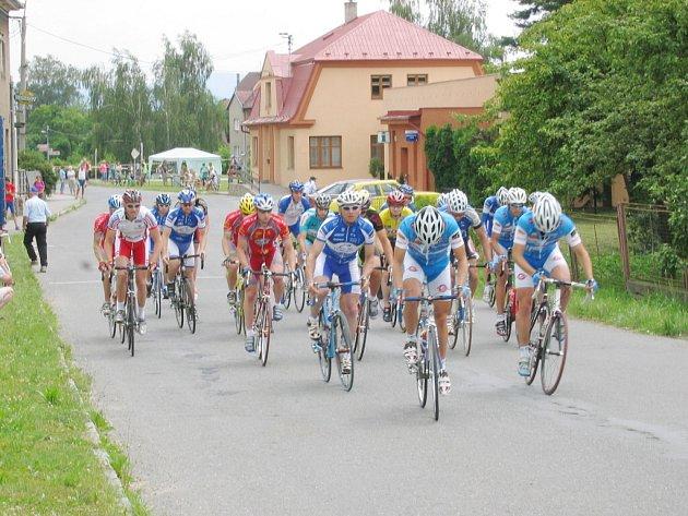 Amatérští cyklisté pokračují ve své soutěži.