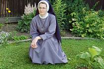 Sestra Marie Klára v klášterní zahradě.