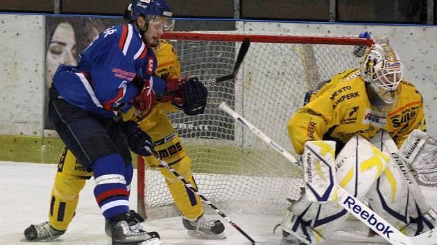 Druhý zápas finálové série druholigové skupiny Východ mezi celky Orlové (v modrém) a Šumperku.