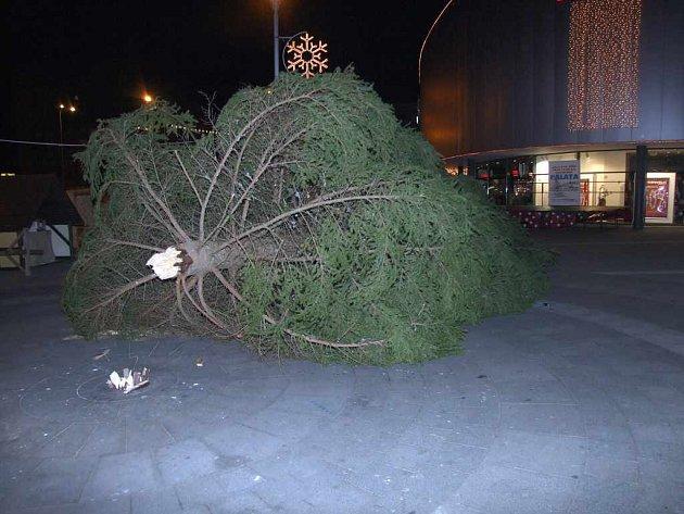 Loni vánoční strom u obchodního domu Elan spadl.