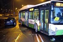 Nehoda osobního auta s autobusem, kterou zavinil opilý Polák za volantem osobáku