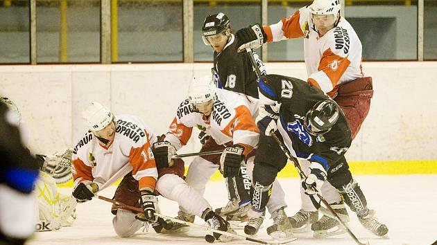 Daniel Kraft a David Klimša (v černém) bojují s opavskou přesilou v sobotním derby druhé hokejové ligy.