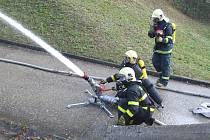 Cvičení hasičů v Horní Suché. Žhář tam měl zapálit cisternu s propan-butanem.