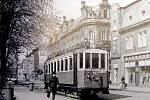 Na snímku z roku 1972 motorový vůz mezi zástavkami vlakové nádraží a Kostelní ulice.