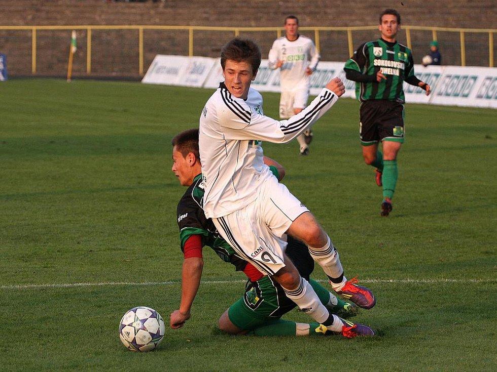 Fotbalisté Karviné (v bílém) zdolali doma Sokolov 2:1.