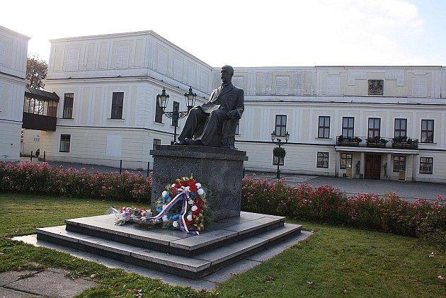 Svaz bojovníků za svobodu a představitelé Karviné v pátek 28. října dopoledne položili kytice k památníku T. G. Masaryka.