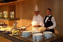 Studentka Vyšší odborné školy z Havířova Martina Bardoňová na své stáži v hotelu ve španělské Malaze při servisu večeří.