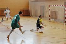 Stonavský gólman Hekera vyráží střelu klatovského Frouse ve čtvrtfinále play off ligy sálového fotbalu.