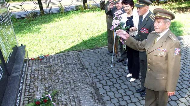Členové delegace položili květy také u památníku před vlakovým nádražím.