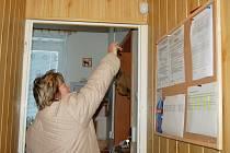 Pracovnice sociálních služeb ukazuje na jeden z bezpečnostních senzorů, kterými jsou vybaveny byty například handicapovaných lidí.