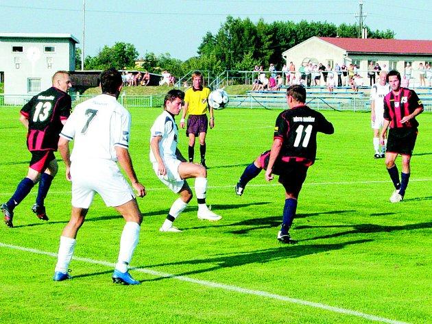 Čtyři branky nastříleli fotbalisté divizního Havířova (v tmavém) a z Dolního Benešova si přivezli cenné tři body. Svěřenci trenéra Jaroslava Netoličky rozhodli už v prvním poločase, kdy nedovolili domácím ani jednu přímou střelu na branku.