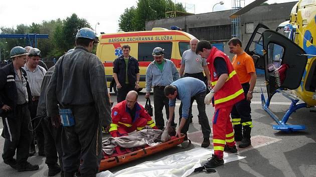 Spolupráce báňských záchranářů a letecké záchranné služby. Ilustrační foto
