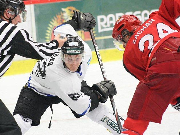 Havířovští hokejisté (bílé dresy) si poradili s Prostějovem.