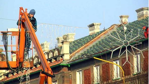 Minulý týden byla instalována vánoční výzdoba v centru města na Hlavní třídě.