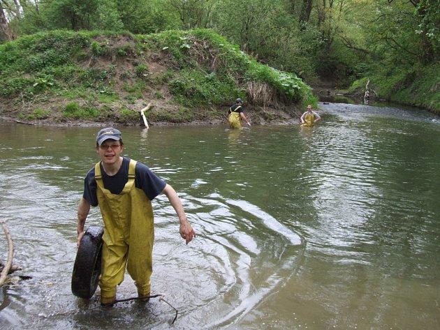 Havířovští dobrovolní hasiči při čištění řeky Lučiny