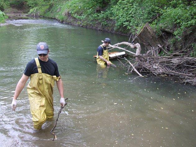 Čištění řeky. Ilustrační foto