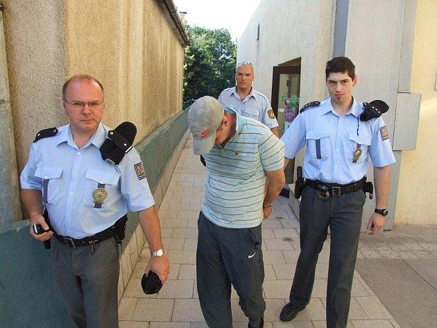 Policisté vyvádějí pachatele, který se vloupal do herny bowlingu