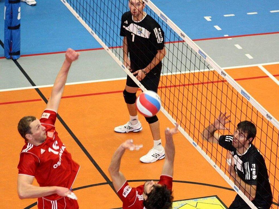 Extraligové volejbalové derby mezi Ostravou (červené dresy) a Havířovem
