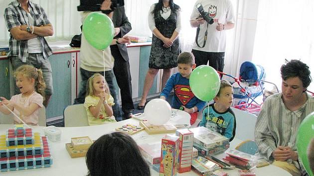 Karvinské děti měly z dárečků od fotbalistů velkou radost.