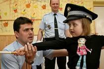 Zástupce ředitele MP Michal Wawrzyk a strážník Ladislav Lunga  s dětmi z MŠ Akátová
