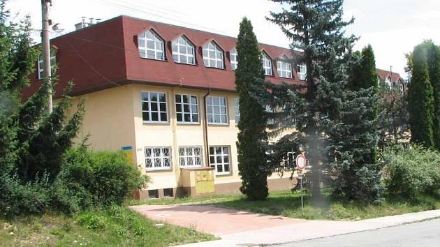 Současnost. Před deseti lety se vybudovalo druhé patro. Změnilo se také okolí školy.