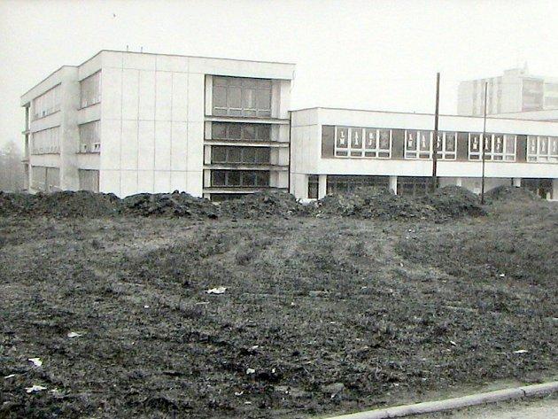 Snímek z května roku 1987 zachycuje školu a její neupravené okolí.